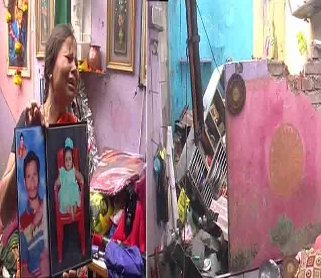 आपल्या मृत मुलाचा आणि नातीचा फोटाे दाखवताना महिला. - Divya Marathi