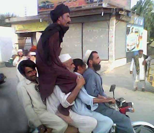 FUNNY: हे केवळ पाकडेच करू शकतात, पाहा पाकिस्तानातील घनचक्कर लोक आणि हसा खळखळून  - Divya Marathi