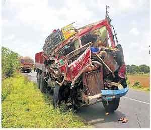 ट्रकची समाेरासमोर धडक, दोन जण गंभीर|अकोला,Akola - Divya Marathi