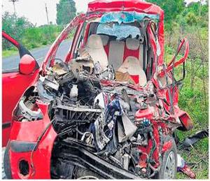 कारने दिली ट्रकला धडक; दोन जण ठार|अकोला,Akola - Divya Marathi