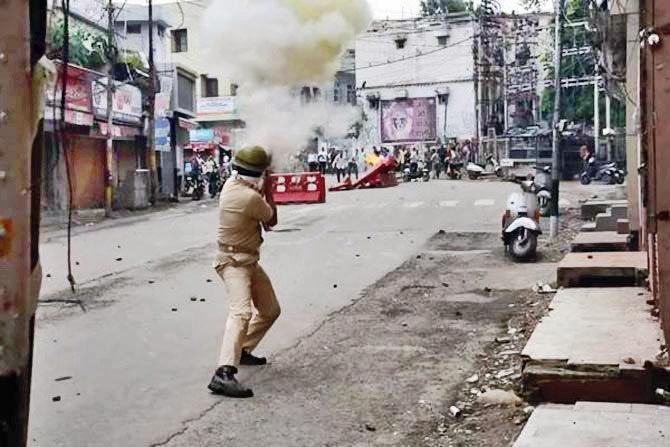 काश्मीरमध्ये IS-लष्कर-पाकिस्तानचे झेंडे, पोलिसांवर दगडफेक|देश,National - Divya Marathi
