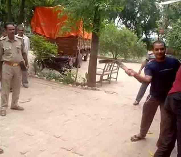 VIDEO: अधिकाऱ्यांसमक्ष अल्पवयीन मुलाला पोलिसांची बेल्टने मारहाण देश,National - Divya Marathi