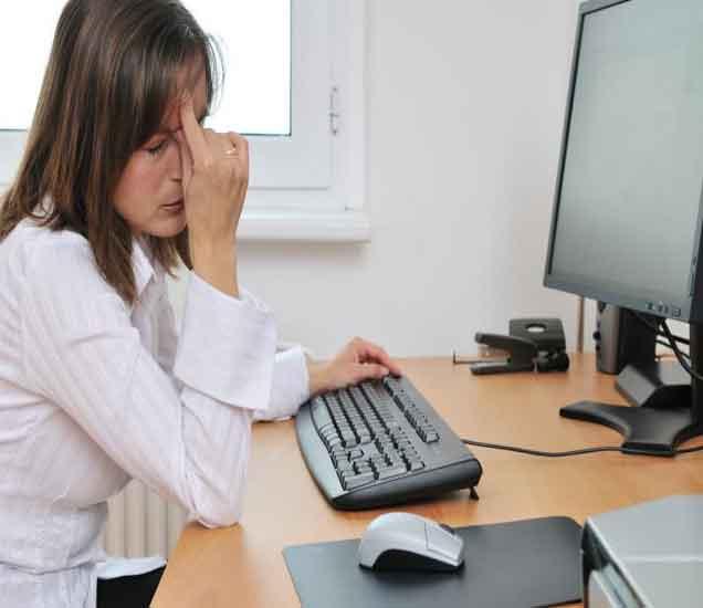लॅपटॉप वर काम करुन डोळ्यात जळजळ होतेय ना, वाचा या सोप्या टिप्स...| - Divya Marathi