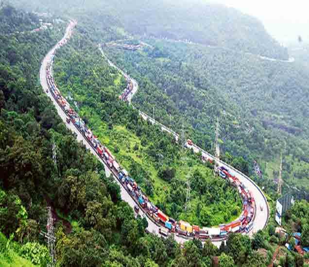 मुंबई-पुणे मार्गावर दरड कोसळली; वाहतूक विस्कळीत|पुणे,Pune - Divya Marathi