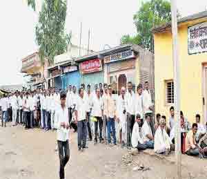VIDEO: मागायला गेले पीक विमा, मिळाल्या लाठ्या ; दोन पोलिस निलंबित औरंगाबाद,Aurangabad - Divya Marathi