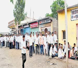 पीक विमा भरण्यास अालेल्या २ शेतकऱ्यांना पोलिसांची मारहाण औरंगाबाद,Aurangabad - Divya Marathi