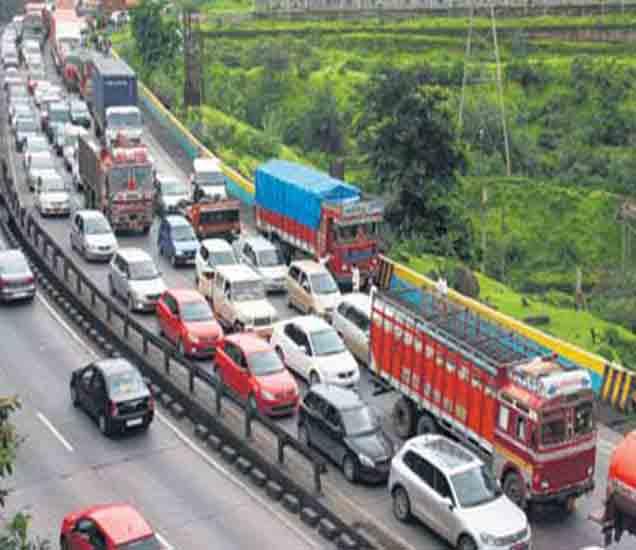 मुंबई-पुणे महामार्गावर पुन्हा अपघात, वाहतूक ठप्प|मुंबई,Mumbai - Divya Marathi