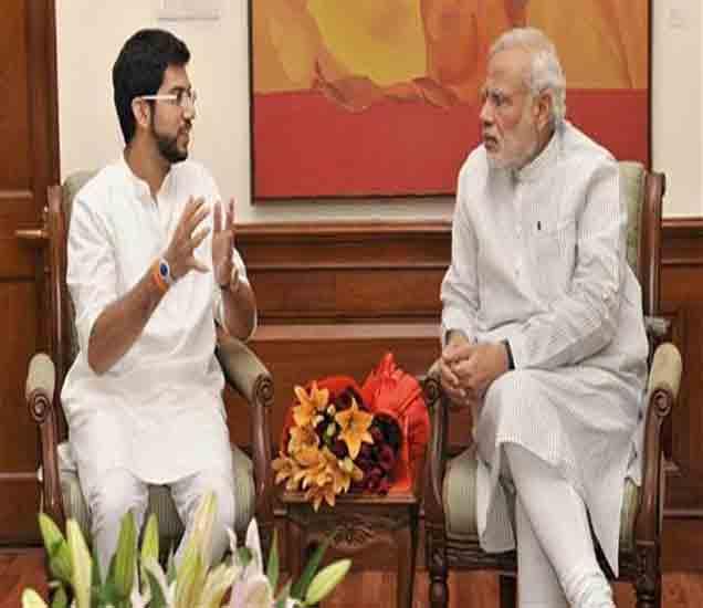 पंतप्रधानासोबत चर्चा करताना आदित्य ठाकरे - Divya Marathi