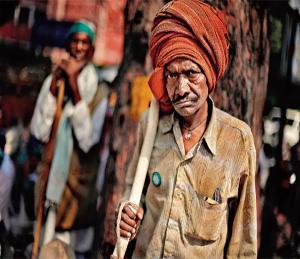 शेतकरी जगतो कसा, हे विचारा| - Divya Marathi