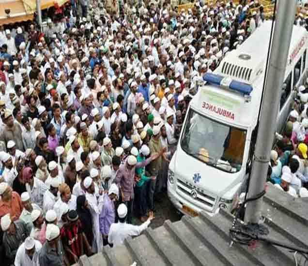 याकूबचे शव मुंबईत त्याच्या घरी आणण्यात आले तेव्हा लोकांनी गर्दी केली होती. - Divya Marathi