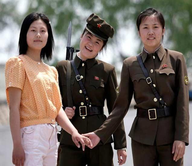 यालू नदीच्या किनाऱ्यावर सिनुइजीमध्ये पोलिसांबरोबर कोरियन महिला. - Divya Marathi