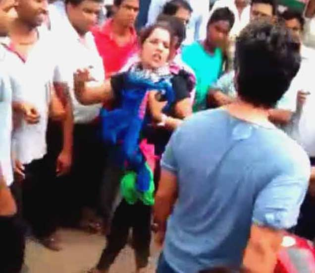 "VIDEO: \""फ्रेंडशिप डे\'च्या आधिच  केली गर्लफ्रेंडने दगाबाज बॉयफ्रेंडची धुलाई| - Divya Marathi"