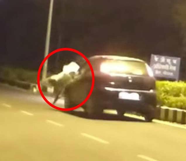 VIDEO: मध्यरात्री कार समोर अचानक आला भूत: जाणून घ्या काय झाले पुढे| - Divya Marathi