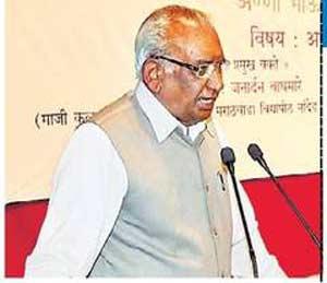 मार्गदर्शन करताना डॉ. जनार्दन वाघमारे. - Divya Marathi