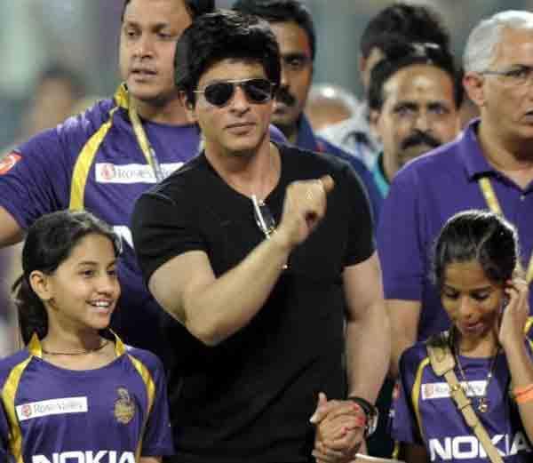फाइल फोटो: मुलगा सुहाना (डावीकडे) सोबतवानखेडेवर शाहरुख खान. - Divya Marathi