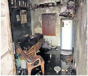 विठ्ठलपेठेतील कमलाकर खडखे यांच्या घराला अाग लागल्यानंतर झालेले साहित्याचे नुकसान. - Divya Marathi