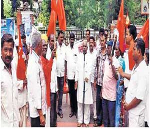 अखिल भारतीय किसान सभेच्या वतीने जिल्हा दुष्काळग्रस्त जाहीर करण्याच्या मागणीसाठी निदर्शने करण्यात आली. त्यावेळी उपस्थित नेते. - Divya Marathi