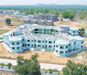 छत्तीसगडचे दंतेवाडा; सभोवती नक्षली, मध्यभागी शाळा, जागांपेक्षा मुले जास्त|देश,National - Divya Marathi