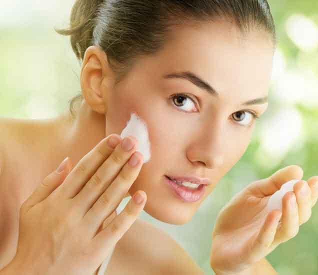 आपली स्किन हेल्दी असावी तुम्हालाही वाटते ना, मग अशा प्रकारे धुवा चेहरा...| - Divya Marathi