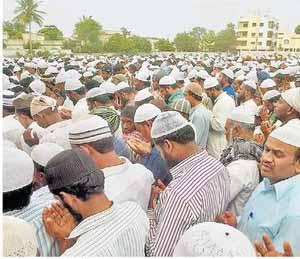 पाऊस पडावा म्हणून मुस्लिम बांधवांकडून लातुरात नमाज|औरंगाबाद,Aurangabad - Divya Marathi