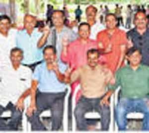 विजय प्राप्त केलेल्या खेळाडू पॅनलचे उमेदवार विजयाची खूण करून अानंद व्यक्त करताना. - Divya Marathi
