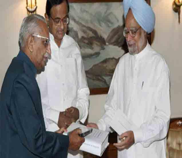 माजी पंतप्रधान डॉ. मनमोहनसिंग यांच्यासोबत जस्टिस लिब्रहान. - Divya Marathi