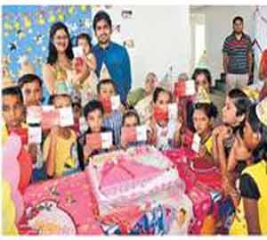 मुलीच्या वाढदिवसानिमित्त वैभव राजूरकर यांनी वसाहतीतील लहान मुलामुलींना बँकेचे खाते उघडून दिले. छाया : रवी खंडाळकर - Divya Marathi