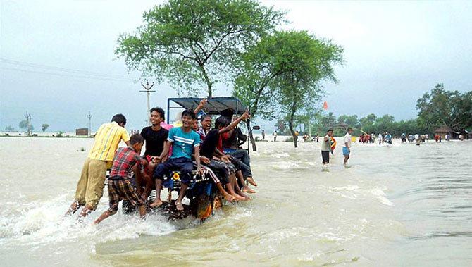 6 राज्यांमध्ये पूर: लेहमध्ये गाव तर प. बंगालमध्ये बस गेली वाहून|देश,National - Divya Marathi