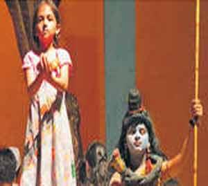 'म्या बी शंकर हाय' या बालनाटकातील एका दृश्यातील अभिनयाची जुगलबंदी. - Divya Marathi