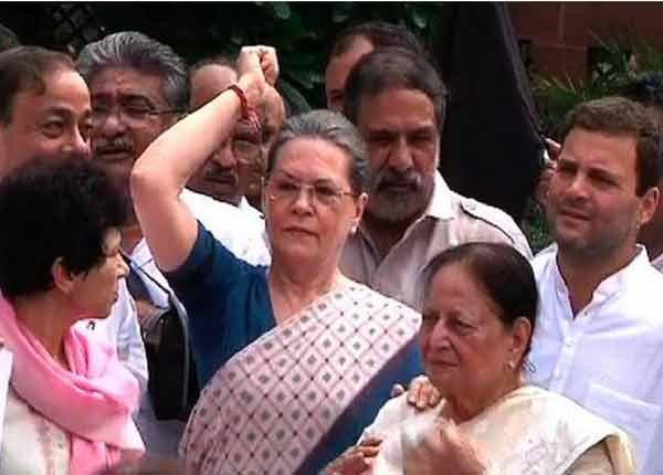 धरणे आंदोलन करताना सोनिया गांधी - Divya Marathi