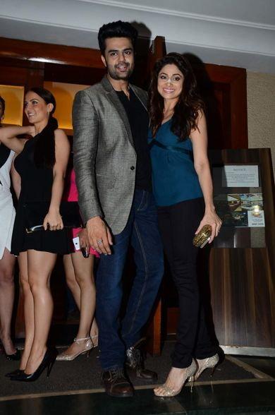 TV होस्टच्या पार्टीत थिरकली माधुरी दीक्षित, सेल्फी मूडमध्ये दिसले सेलेब्स, पाहा Inside Pix|टीव्ही,TV - Divya Marathi