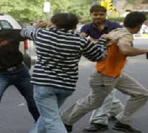 रॉडच्या साह्याने  युवकाला मारहाण, सात जणांविरुद्ध गुन्हा अहमदनगर,Ahmednagar - Divya Marathi