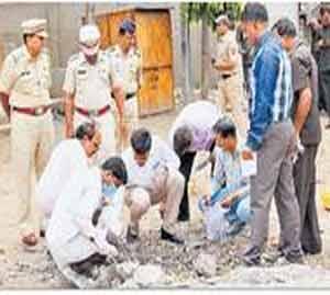 स्फोट झालेल्या ठिकाणची पोलिस अधिकाऱ्यांनी पाहणी केली. - Divya Marathi