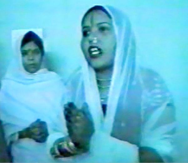 राधे माँने देवीच्या फोटोवर लावला होता स्वतःचा चेहरा, सोडावे लागले पंजाब|देश,National - Divya Marathi