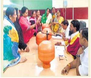 पाणी पेटले: सेनेच्या महिला नगरसेवकाने महापौरांकडे बाटली फेकली|औरंगाबाद,Aurangabad - Divya Marathi