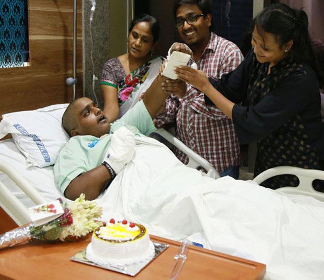 मनीष आई आणि भावासोबत वाढदिवस साजरा करताना... - Divya Marathi