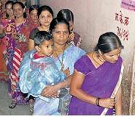 रांजणगावात मतदानासाठी रांग लागली. छाया : धनंजय दारुंटे - Divya Marathi