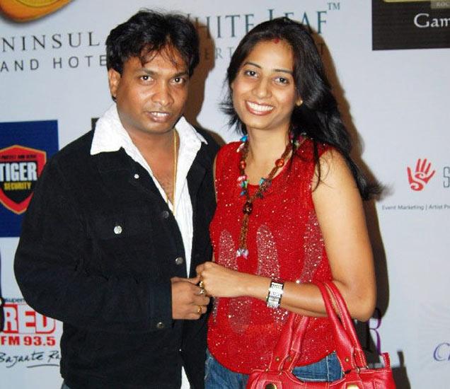 फाइल फोटोः कॉमेडियन सुनील पाल पत्नी सरितासोबत - Divya Marathi