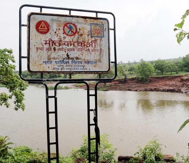 पालिका प्रशासनाने या ठिकाणी लावलेली सूचना. - Divya Marathi