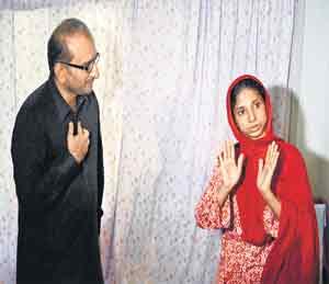 ईदी फाउंडेशनचे चेअरमन अब्दुल सत्तार ईदीचे पुत्र फैझल ईदी यांच्याशी संकेतांमधून बोलताना गीता. - Divya Marathi
