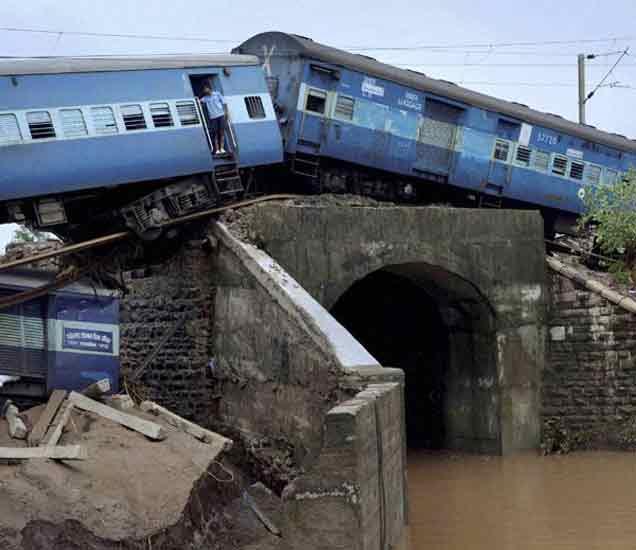 10 PHOTO मधून पाहा मध्य प्रदेशातील दोन रेल्वे एक्स्प्रेसचा भीषण अपघात देश,National - Divya Marathi