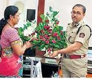 पोलिस आयुक्तांचा सत्कार करताना प्रतापगड येथील महिला. - Divya Marathi