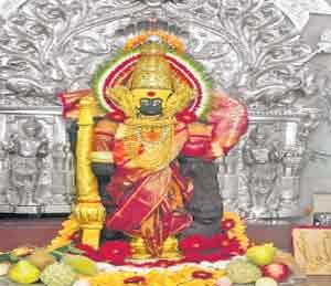 कोल्हापुरातील श्री महालक्ष्मीच्या मूर्तीवर रासायनिक संवर्धन प्रक्रिया पूर्ण झाल्यानंतर गुरुवारी अशी देखणी पूजा बांधण्यात आली. छाया : संजय साळवी - Divya Marathi