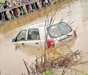 पुराचे बळी: नदीत कार बुडाली; कुटुंबातील चौघे ठार, अमरावती जिल्ह्यातील घटना|नागपूर,Nagpur - Divya Marathi