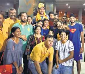 सतनामच्या स्वागतासाठी आलेले मित्र आणि बास्केटबॉल फेडरेशनचे अधिकारी. - Divya Marathi