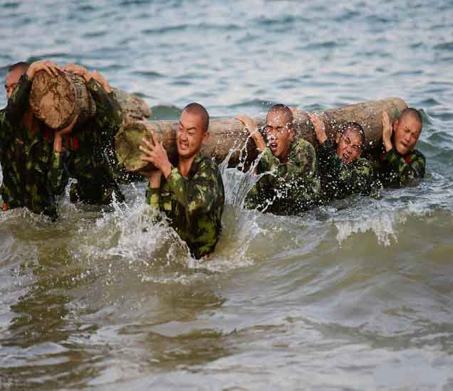 पाहा,  प्रचंड उष्ण तापमानात चिनी जवानांचा समुद्रात सराव शिबीर|विदेश,International - Divya Marathi