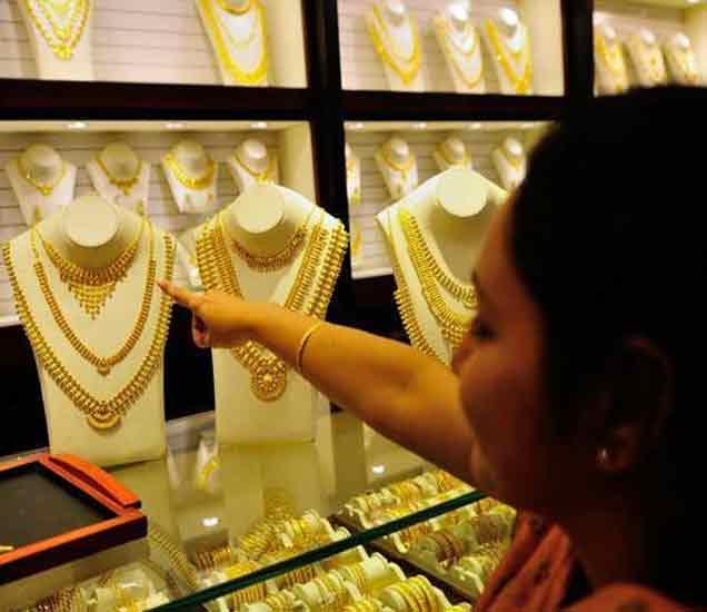 सोन्याची चकाकी हरवली, 1999 नंतर पहिल्यांदा एवढे घसरले सोने बिझनेस,Business - Divya Marathi