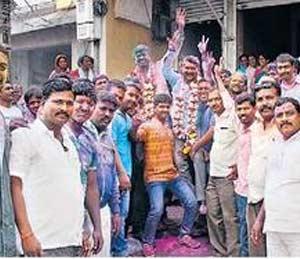 पंढरपूर येथे विजयी उमेदवार बाळू राऊत, गौतम चोपडा यांनी जल्लोष केला. - Divya Marathi