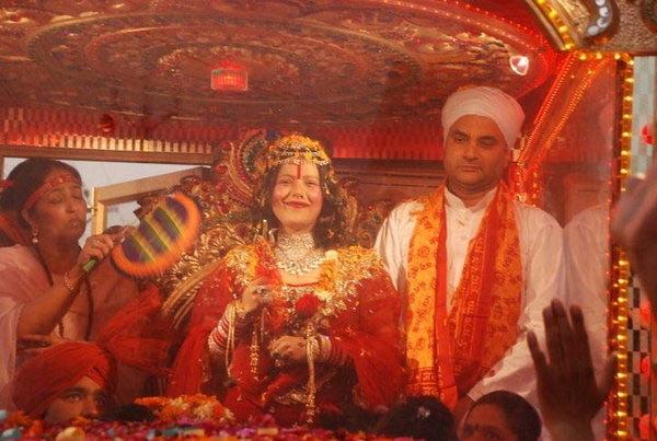 गुहे सारख्या रुममध्ये भक्तांना भेटते राधे माँ, टल्ली बाबा फिक्स करतो मिटींग देश,National - Divya Marathi