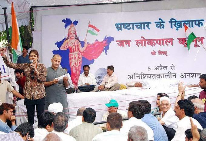 ही आहे राजस्थानची आयटम गर्ल \'राधे मां\', अण्णा हजारेंना केले होते सपोर्ट  - Divya Marathi